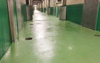 Waterdichte troffelvloeren met antislip voor centrale gang